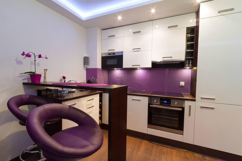 Белая кухня с барной стойкой дизайн