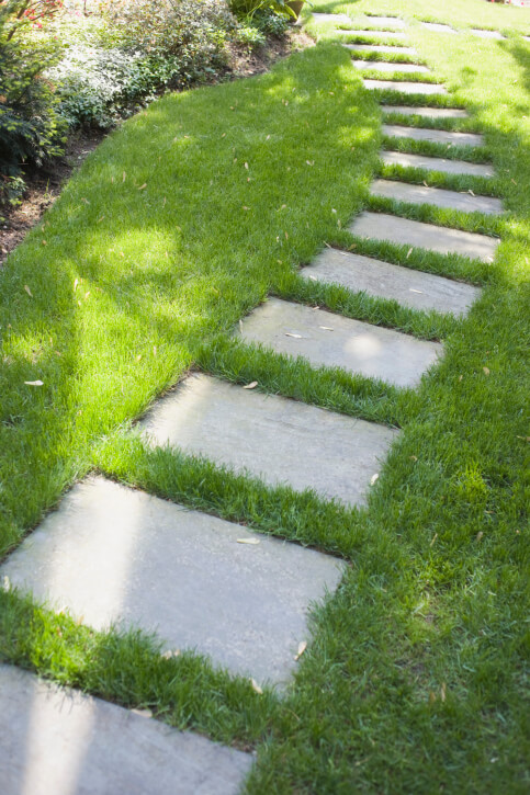 65 walkway ideas designs brick flagstone wood for Stone path in grass