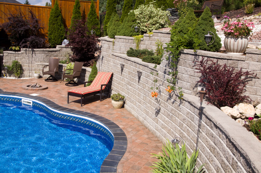 27 backyard retaining wall ideas and terraced gardens for Pool design retaining wall