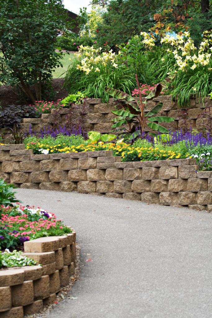 27 backyard retaining wall ideas and terraced gardens for Landscaping garden walls