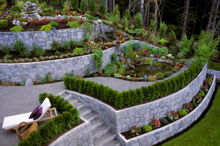 27 backyard retaining wall ideas and terraced gardens for Garden designs for slopes