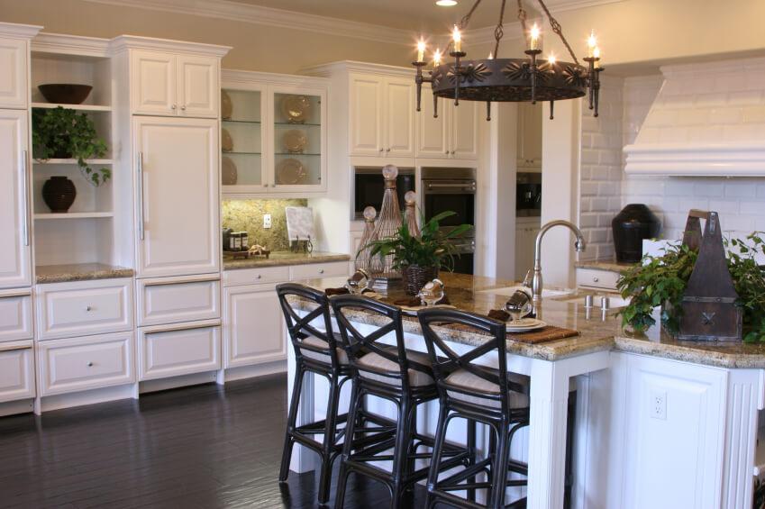 35 Striking White Kitchens with Dark Wood Floors - Décoration de la ...
