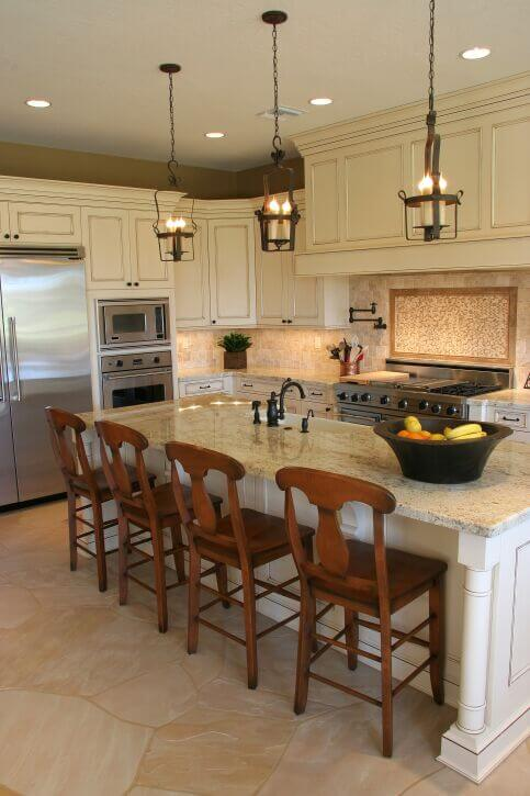 A lovely contemporary kitchen with a spacious eat-in kitchen island  complete with a large