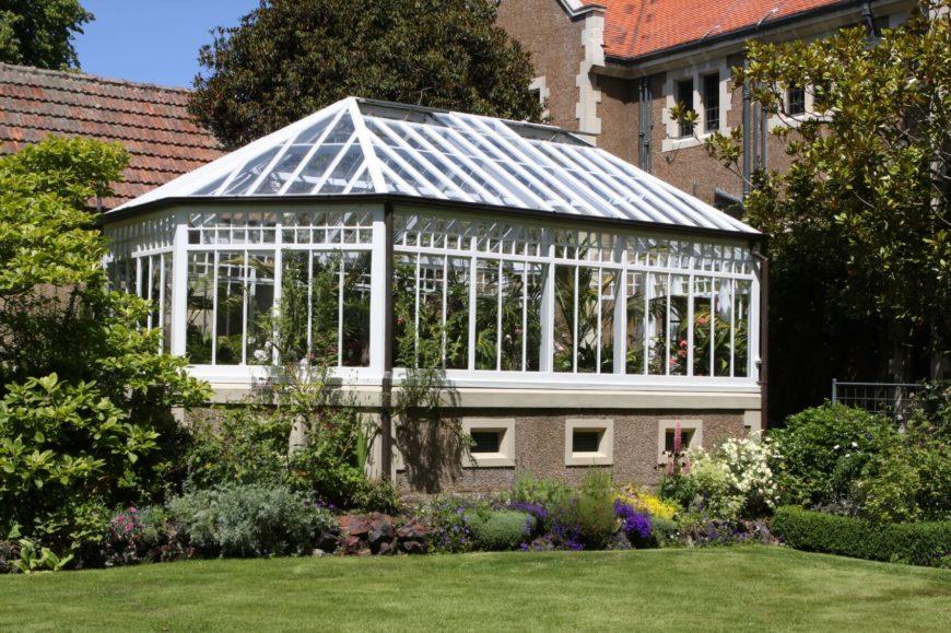23 wonderful backyard greenhouse ideas for Greenhouse sunroom addition