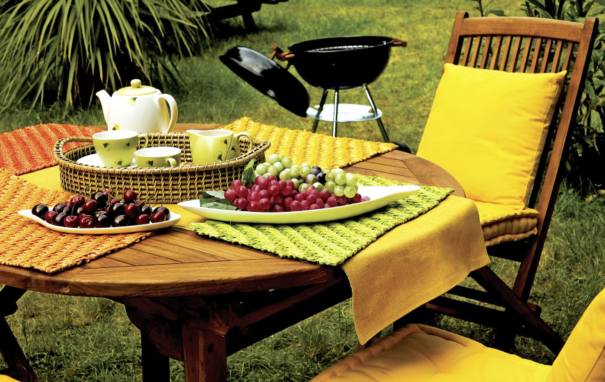 Table De Picnic : Here is an outdoor table and chairs. The chairs have padding and the ...
