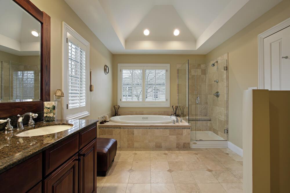 Badezimmer Mit Einer Vielzahl Von Mustern, Einschließlich Kariert  Bodenfliesen, Weiße Und Graue Wandfliesen,