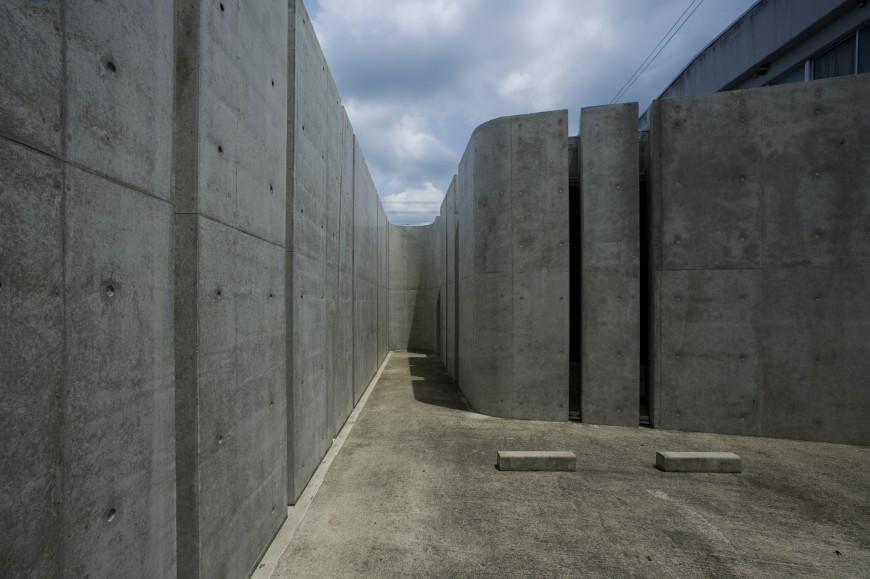 Aci Lightweight Concrete : Concrete slit house by eastern design office