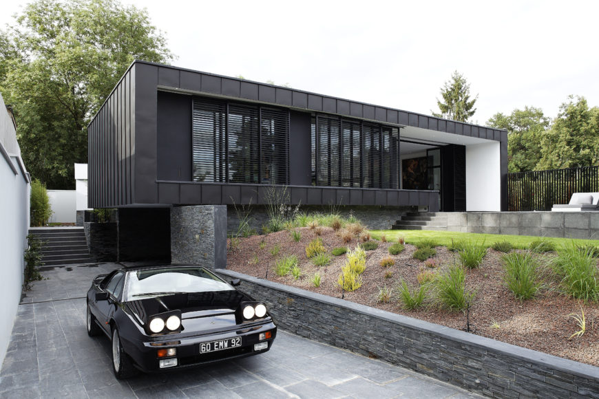 Front view of the modern 1 story c house by lode architecture