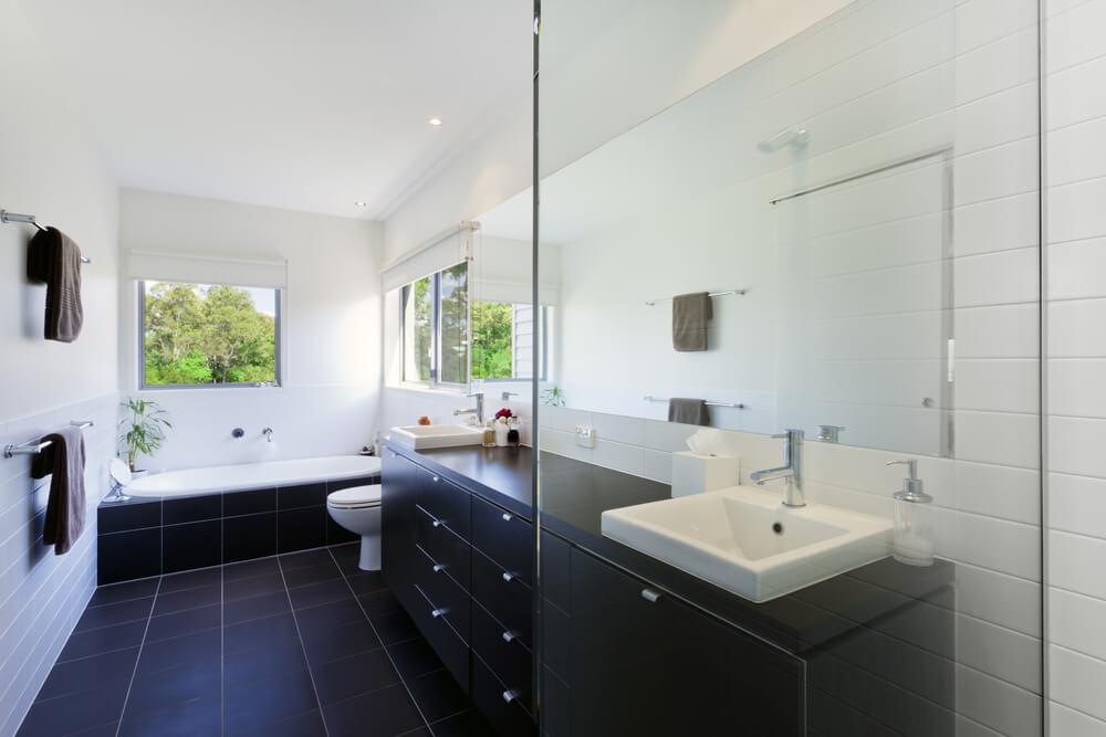 Taladrar Baldosas Baño:Bathroom Remodeling Ideas with Large Windows