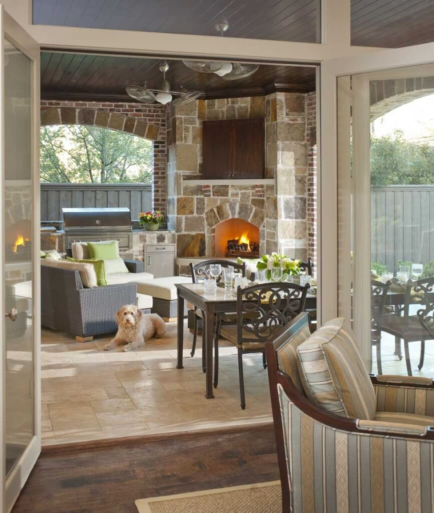 Living Room With Fireplace And Sliding Doors: Design Rumah Dallas