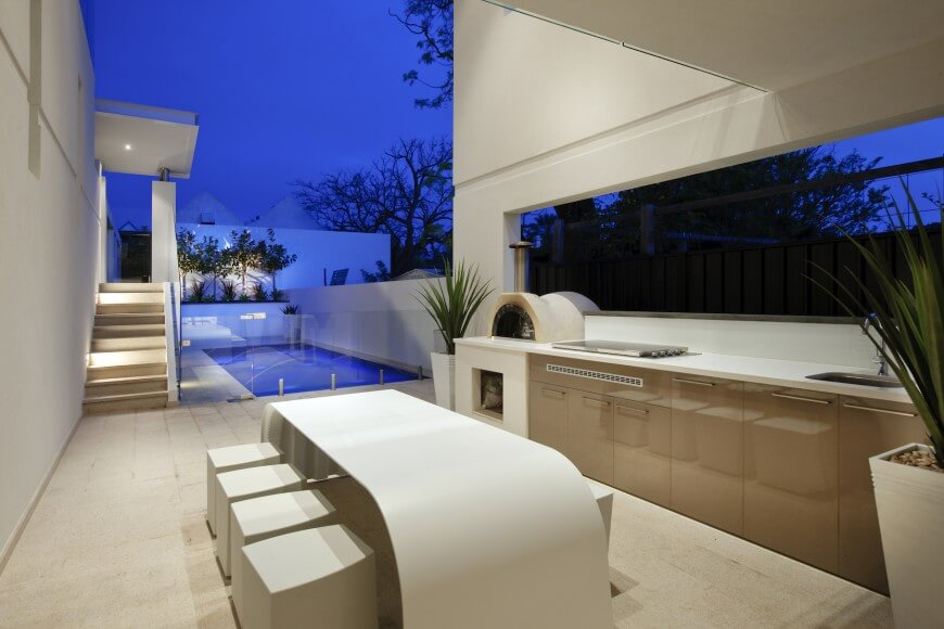 Incredible modern patio and outdoor kitchen by Daniel Lomma Design
