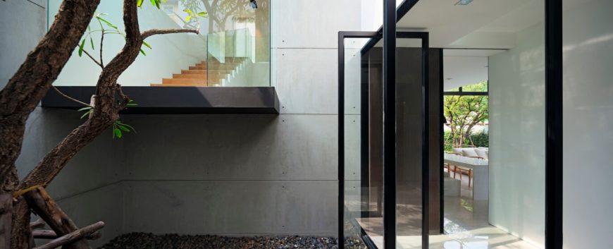 Тонкий черный металлический каркас и широкое использование стекла действительно открыть домашнюю визуально, позволяя смешивать естественное и холено современными элементами.