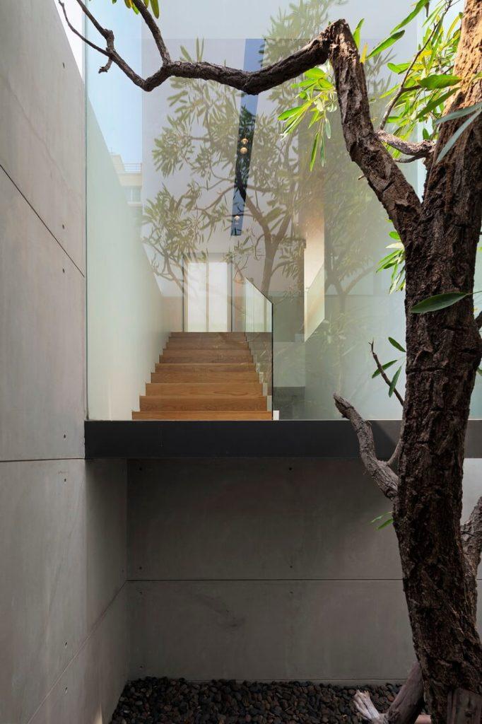 Вот крупным планом вид стекла, завернутые лестницы, основной фокус дома.