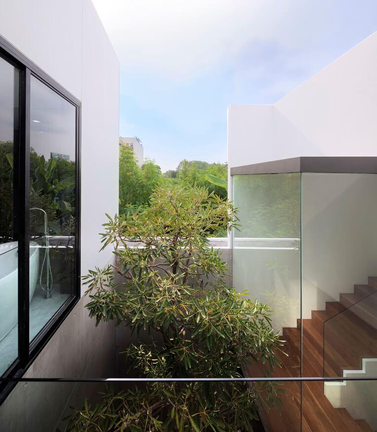 Лестница плавает в пределах и за пределами основной структуры, с теплым естественное сияние от шагов, деревянный.