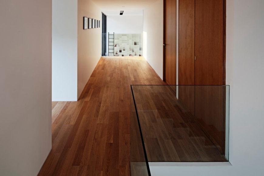 В верхнем коридоре по-прежнему богатые деревянные полы. В отдалении, мы видим огромный, двухэтажный гостиная с полки достаточно высоко, чтобы требовать встроенного трапа.