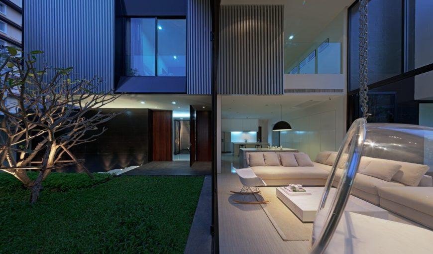 Вот на Центральный внутренний двор, с полной высоты наружное стекло стирая грань между внутренним, справа, и экстерьеры.