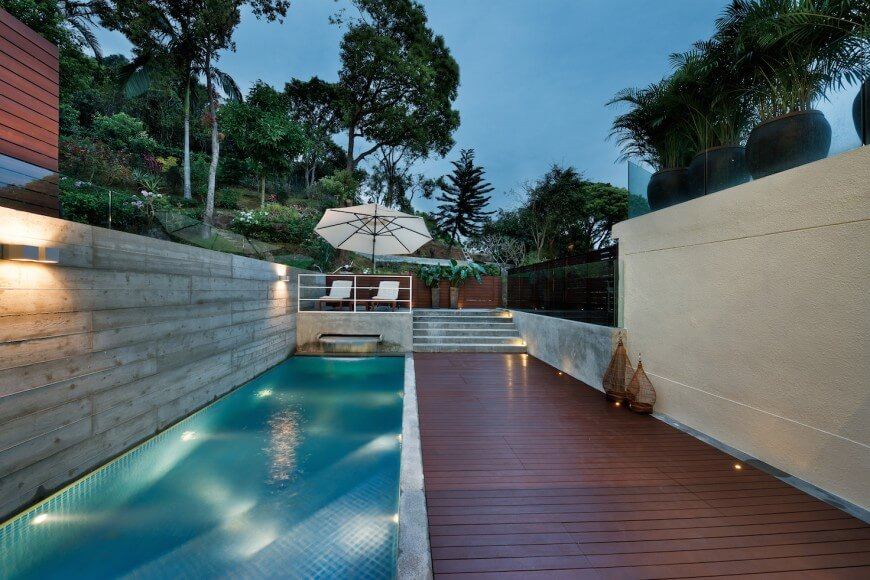 Exceptional This Narrow Swimming Pool Has Stairs At One End And A Fountain At The Other  End