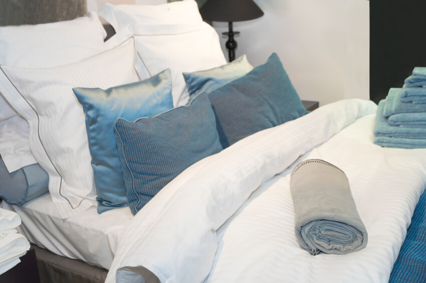 50 Decorative King and Queen Bed Pillow Arrangements & Ideas (PICTURES)