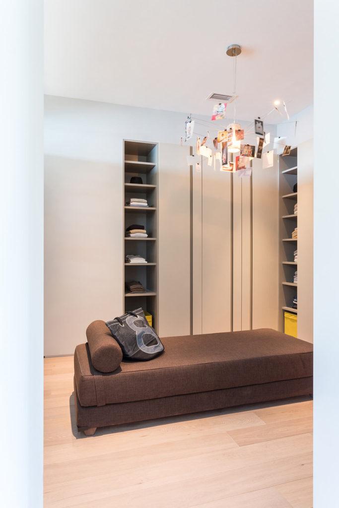 Это уютное пространство отличается обилием встроенной памяти, окружающих современного коричневый шезлонг. Уникальная фотография-пунктирной люстра висит выше.
