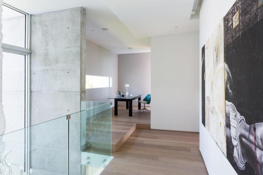 На верхнем этаже расположены полезного пространства, в сторону спальни, как этот коридор-набор офисной площади. Большие картины, украшающие стены, пики нейтральный интерьер с цветом и страстью.