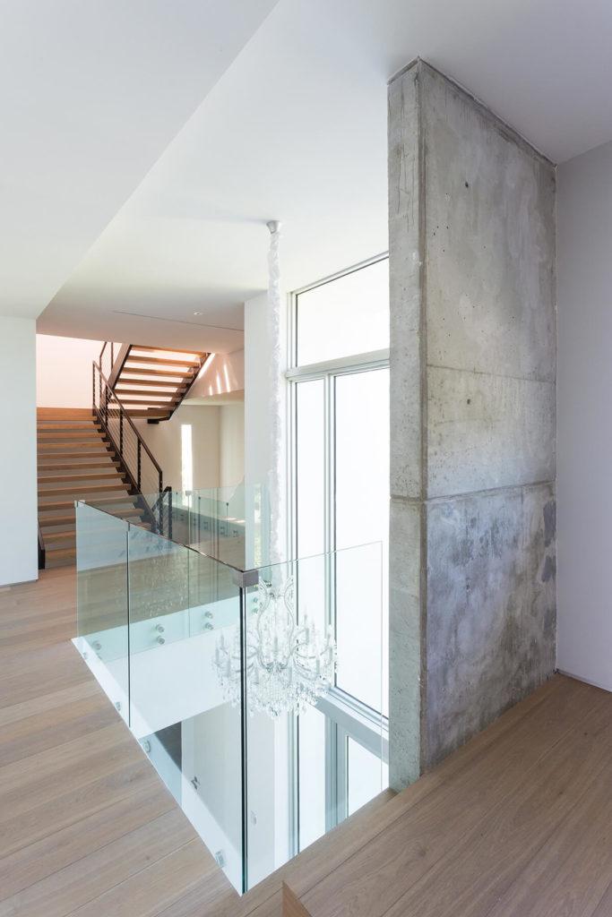 Нахлобученной стеклянными стенами обруч на верхнем этаже, что позволяет вид вниз в фойе здесь.