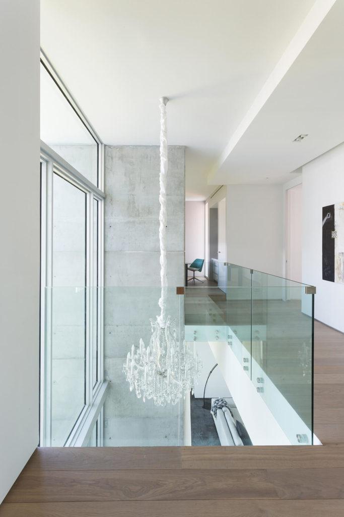 В основном неукрашенный здесь люстру видно с более белой ленты-упаковочная, что находится на видном месте на освещение по всему дому.