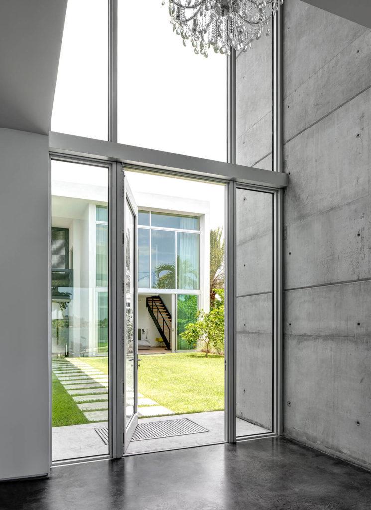 Современные бетонные конструкции рамы сложные массивы на всю высоту стекла, видел здесь в отдельный вход в дом. Сегмент спальня дома видны через Центральный двор.