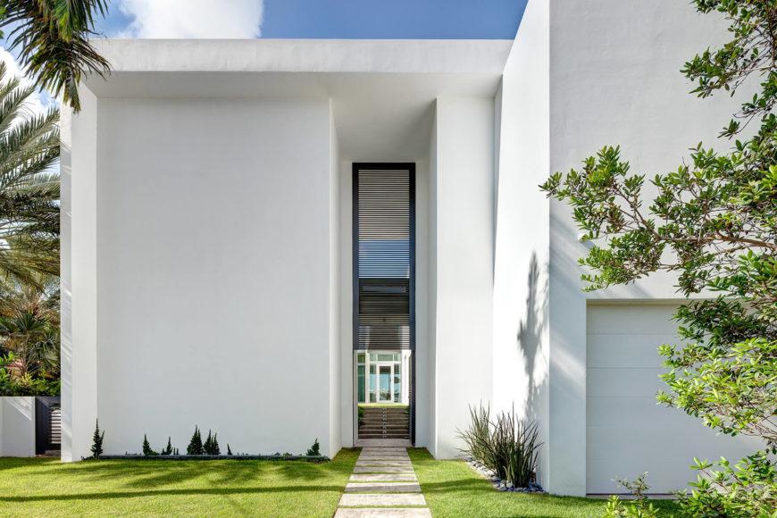 В передней части дома является монолитная белый, сохраняя большинство открытых просторах стакан для воды стороне.