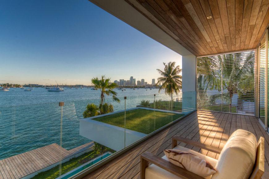 На балконе, купается в богатых лесоматериалами и определяется безрамные стеклянные стены, открывается великолепный вид на залив. Расширение газон на крыше добавляет некоторые природные присутствие в современной структуре.