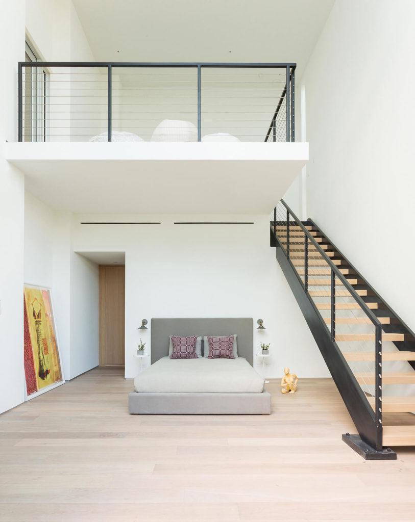 Эта спальня располагает собственной мансарде, имеет много открытого пространства над своими природными деревянными полами.