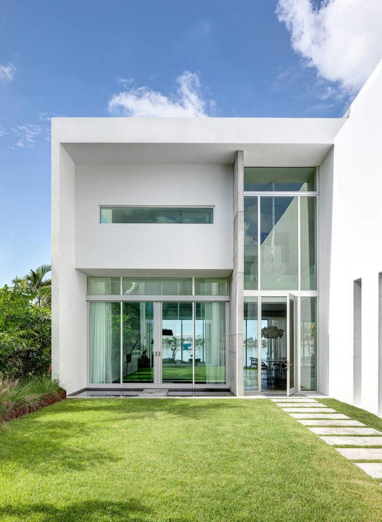 Смотреть с центральным внутренним двором, мы можем видеть прямо через дома в сторону залива, благодаря обширной изделиями из стекла и четкой, открытой планировки.