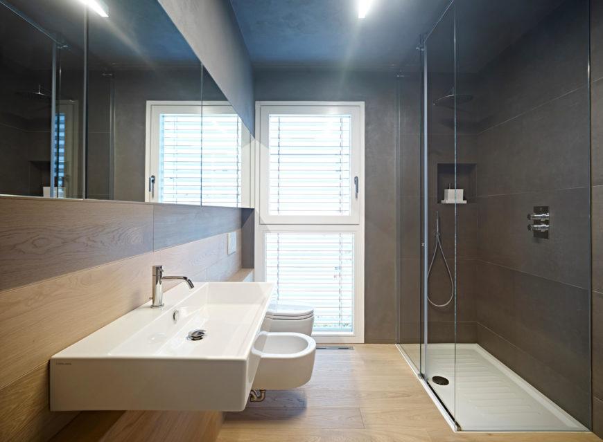 Вторая ванная комната была выполнена в темных тонах, хорошая разница с первой ванной комнаты, сохраняя при этом простой цветовой схемы остальную часть дома.