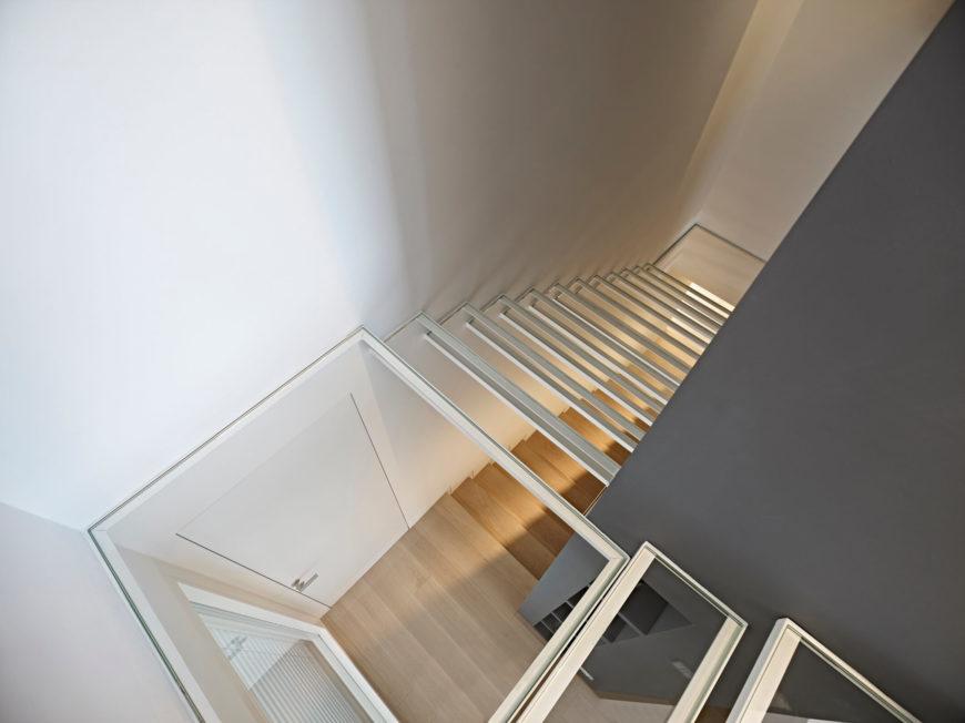 Стеклянные лестницы, ведущей вверх к небольшой второй этаж и с веранды открывается интересный вид на нижних этажах. В то время как другой, это отличный выбор, чтобы держать лестницу от становится слишком темно и тесно в такой маленькой жилплощади.