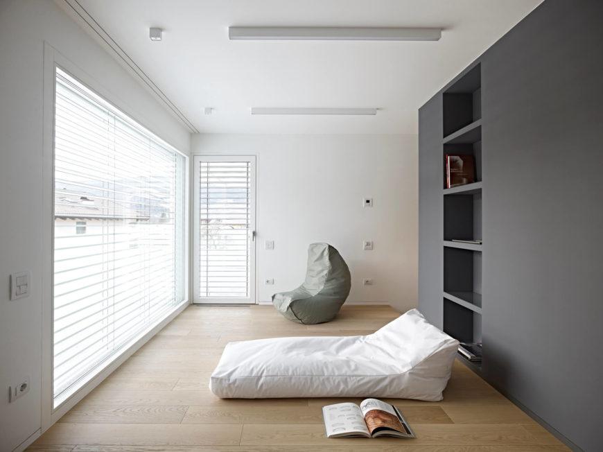 Чердак-оказалось-на втором этаже зона для чтения является приятным дополнением для спокойного отдыха. Из больших окон открывается красивый вид на горы и выходят на веранду на крыше.