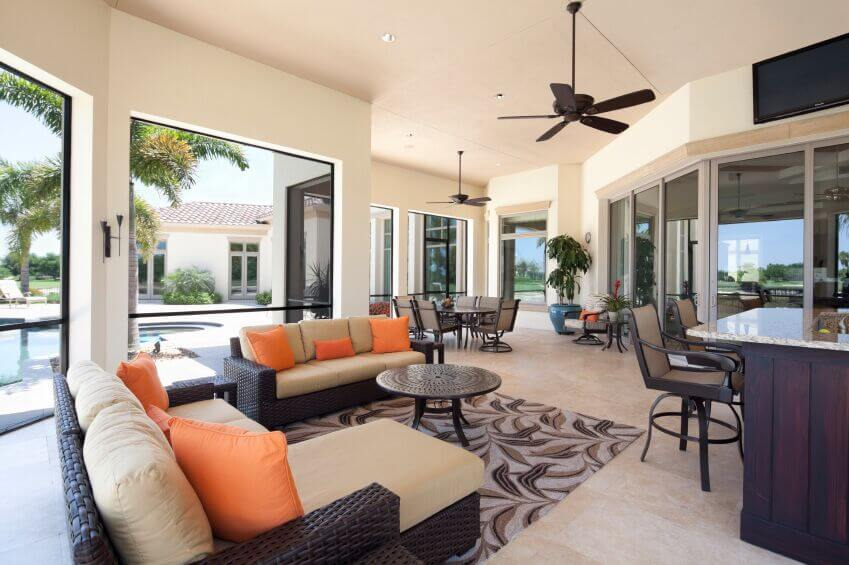 Charmant The Ceiling Fans In This Living Room Match The Use Of Dark Wood Throughout  The Room