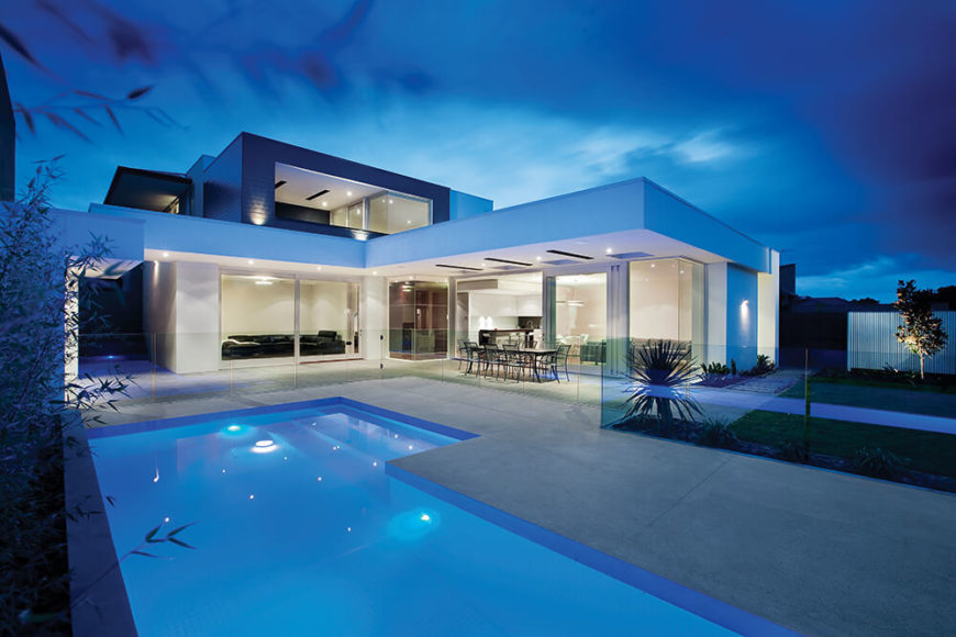 With a wide corner angle, the entire house comes into view in its open-design splendor. The wholehearted integration with the pool and patio makes for a strikingly unique experience.
