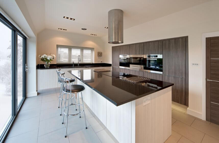 Exceptionnel This Minimalist Kitchen Is A Lovely Balance Of Light And Dark. The White  Washed