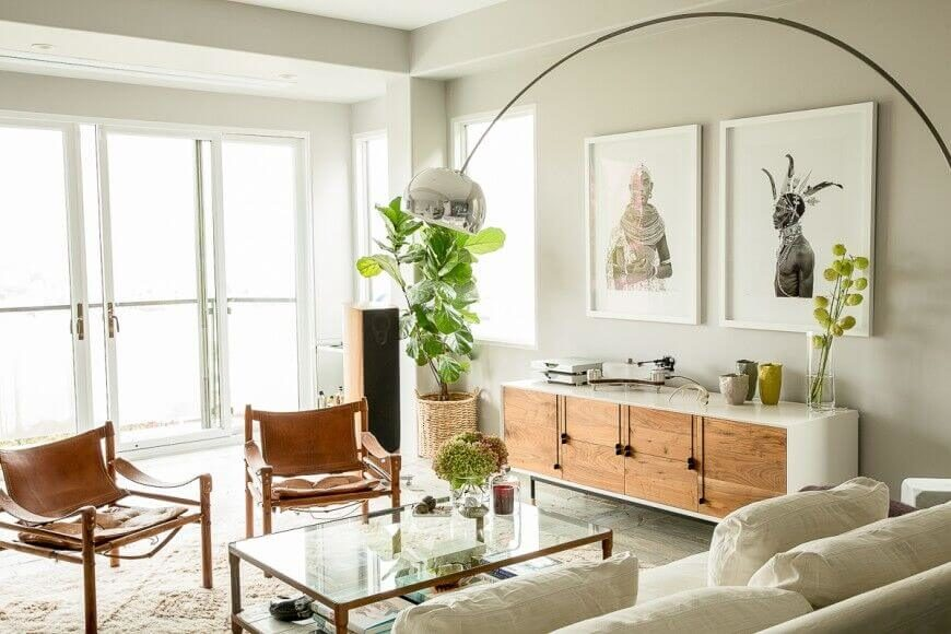 This more minimalist space also uses a potted plant to take up unused space. The great thing about plants is that they add life and color to a room without adding clutter