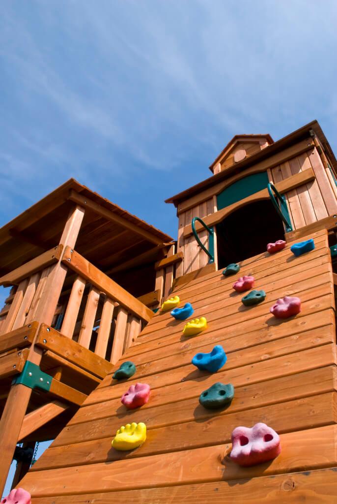 Les poignées d'escalade sont un ajout amusant à cette structure de jeu en cèdre.  Vous pouvez intégrer toutes sortes de fonctionnalités différentes, comme un télescope ou un cadran solaire pour rendre votre maisonnette unique