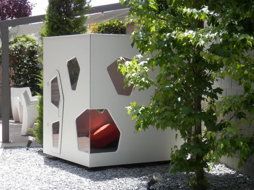 Une dernière maisonnette moderne pour notre liste.  Cette structure cubique comporte des fenêtres et des portes géométriquement étranges pour lui donner un look futuriste élégant.