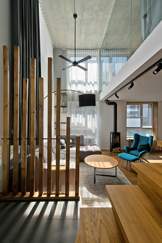 With a full height view of this two-story space, we can take in the sheer verticality of the design. This makes the first floor feel even larger than it is, maximizing the small footprint.