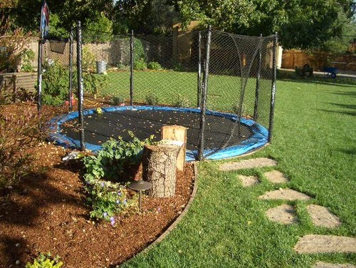 Merveilleux Here Is A Trampoline That Is Buried As Well As Equipped With A Safety Net  Fence